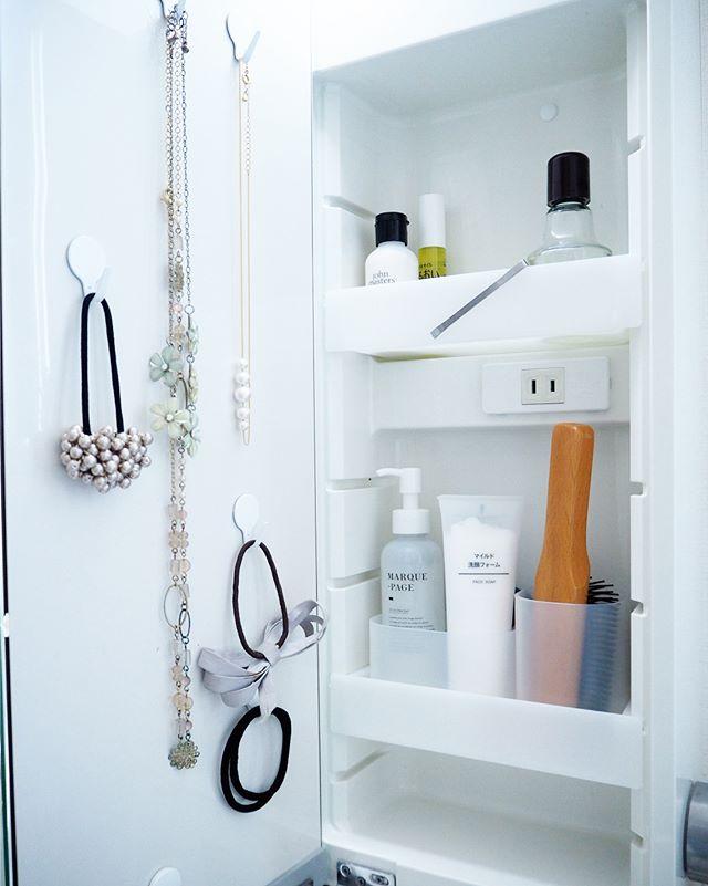 扉を使った洗面所の鏡裏の収納アイデア5