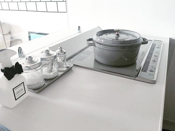 白いキッチンのアクセントになるグレーの鍋
