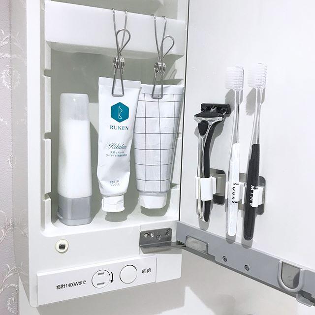扉を使った洗面所の鏡裏の収納アイデア3