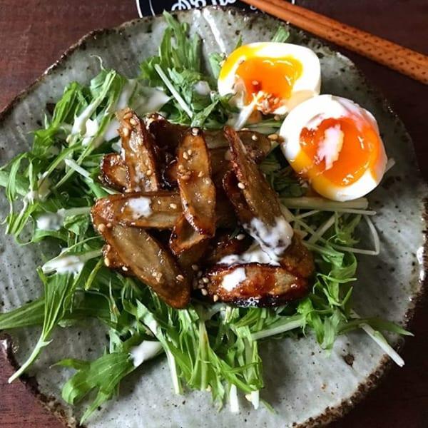 大人気!揚げごぼうと水菜と半熟卵のサラダ