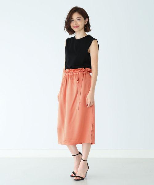 黒トップス×オレンジサテンスカートの夏コーデ