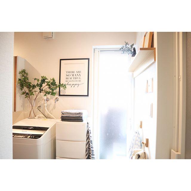 殺風景な洗面所に絵が飾れる壁面収納
