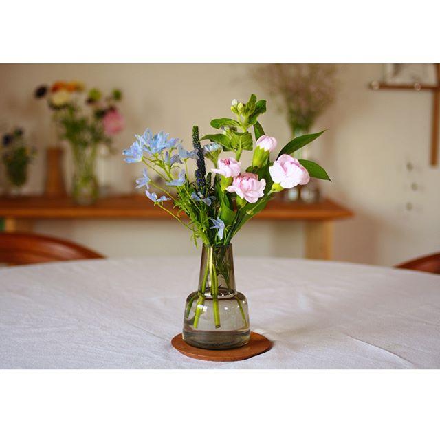 食卓に花を添える丁寧な暮らし