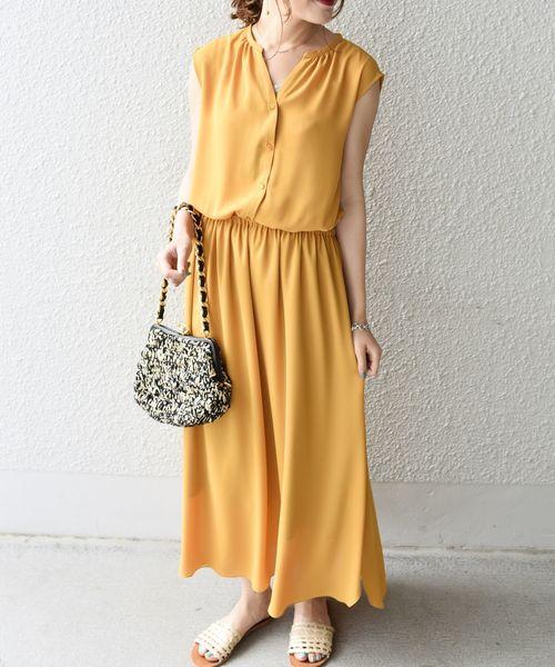 沖縄の景色に映えるワンピースの服装