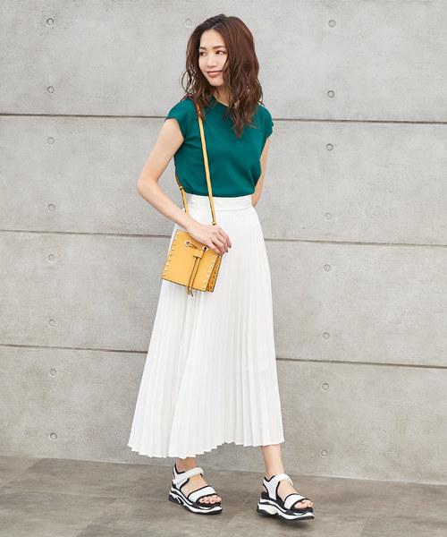 緑トップス×白プリーツスカートの夏コーデ