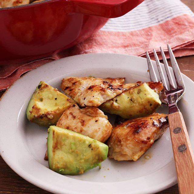 副菜に鶏むね肉でアボカドの塩バターレモン炒め