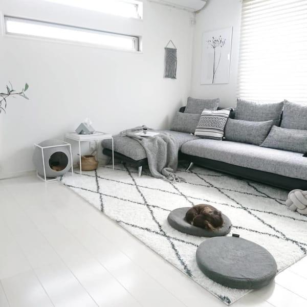 白とグレーの配色が素敵な部屋