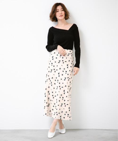 黒ニット×花柄セミタイトスカートの冬コーデ