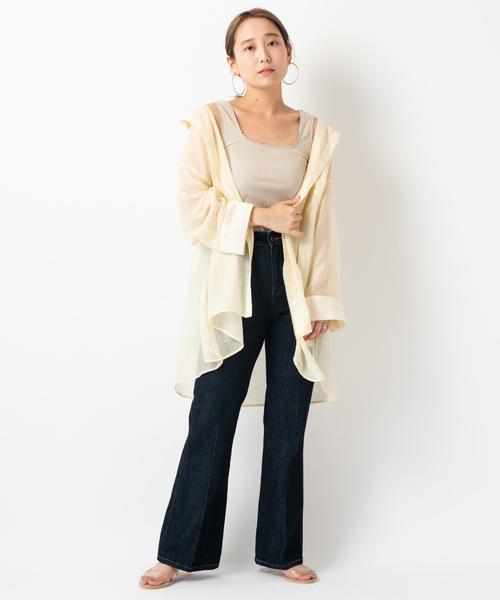 透けビックシャツ×フレアデニムパンツ