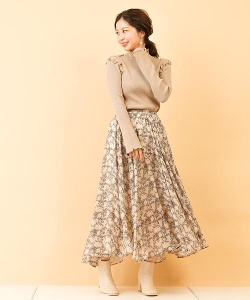 ベージュフリルニット×花柄スカートの秋コーデ
