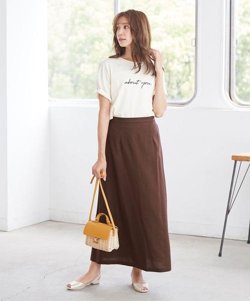 ロゴ入りトップス×茶色スカートの夏コーデ