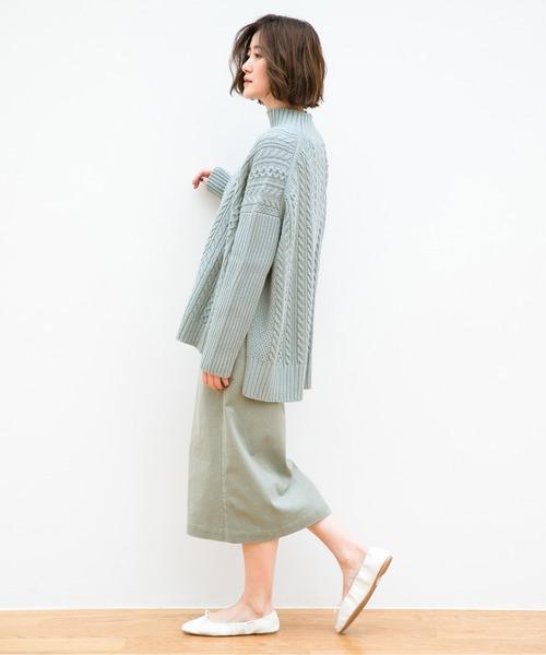 水色ケーブルニット×緑スカートの秋コーデ