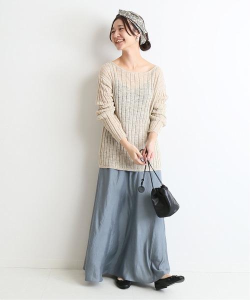 軽やかなサテンスカートで春先どり