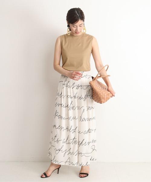 フレアパンツを使った女性らしい服装
