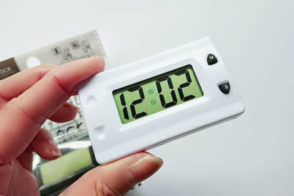 モノトーンのデジタル時計
