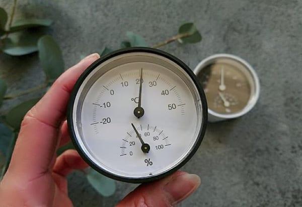 シンプルな湿温度計