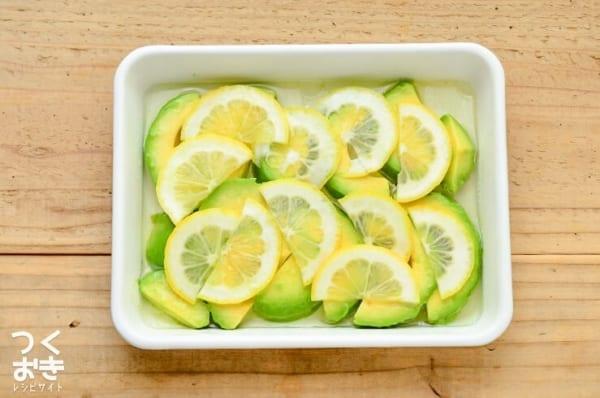 洋風のレシピに!アボカドレモンの簡単マリネ