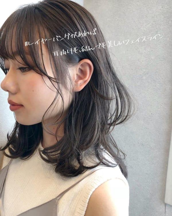 丸顔×前髪ありミディアム×耳掛けヘアアレンジ