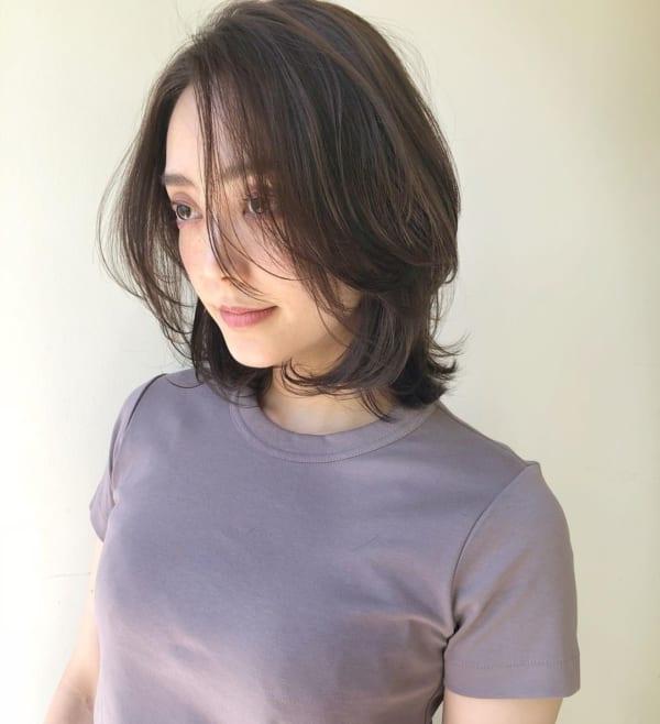 カジュアルな前髪なしの丸顔ヘア