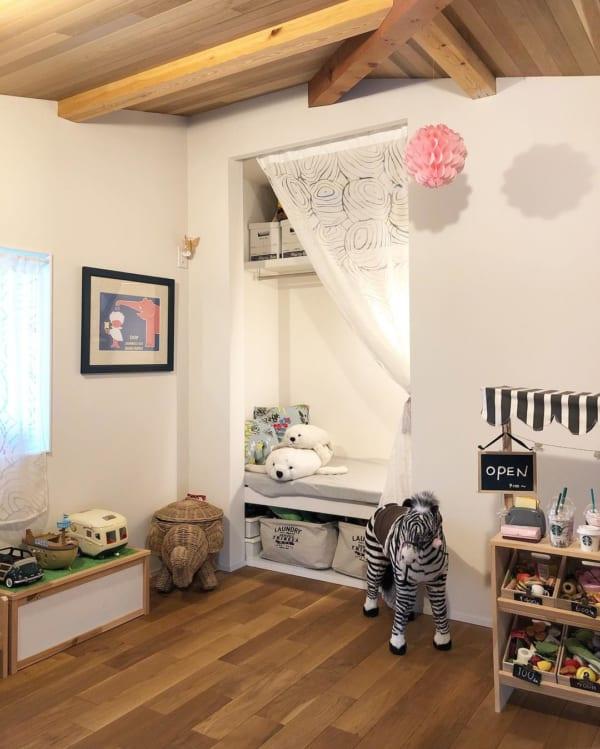 おもちゃの見せる収納が可愛い子ども部屋