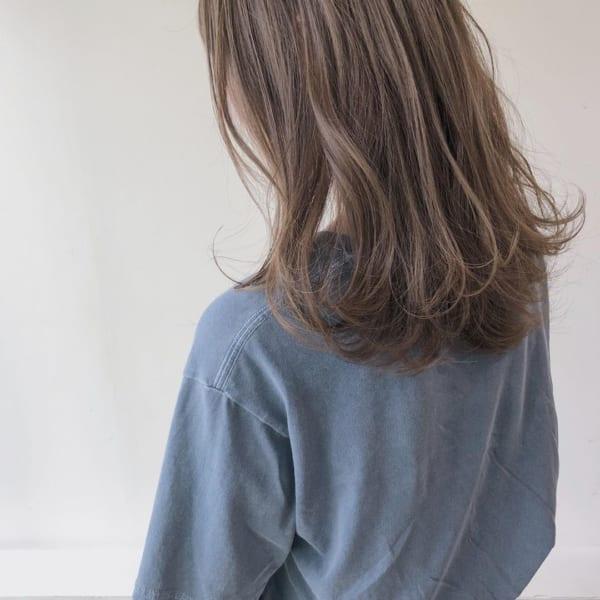 丸顔×前髪ありミディアム×ミルクティーベージュ