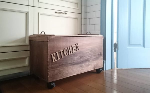 蓋とキャスター付きの収納ボックス