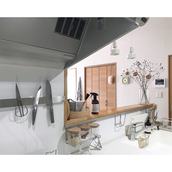 吊るす&貼る収納でキッチンもすっきり