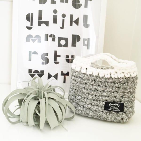 かぎ編みの小さなバッグをリモコン入れに