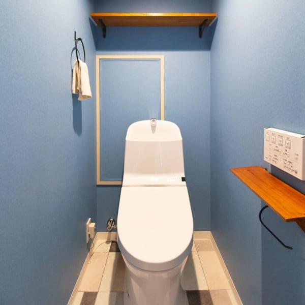 トイレの壁紙全体を水色にしたインテリア
