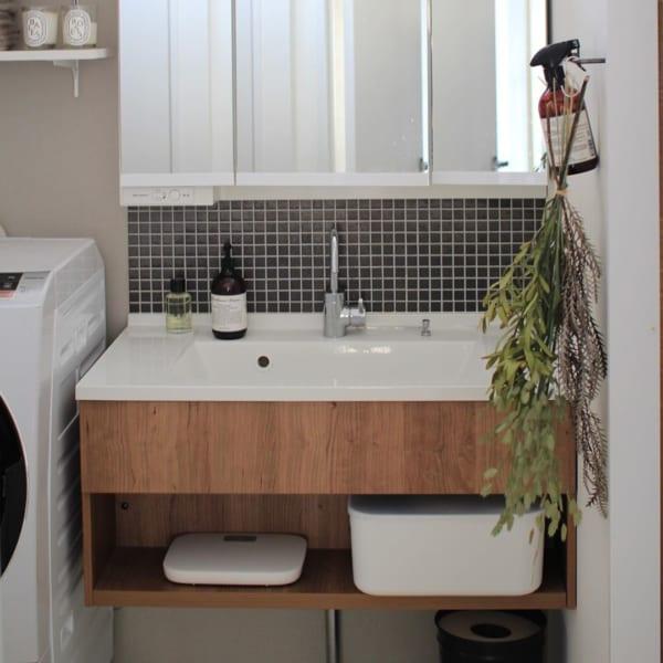 モザイクタイル×ウッドの清潔感溢れる洗面所