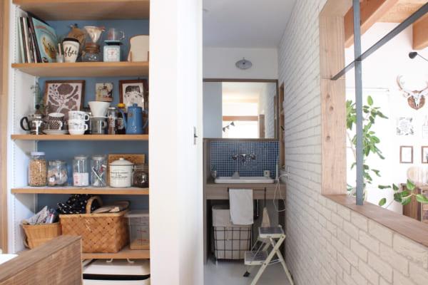 洗面所のタイル&収納棚のブルーが爽やか
