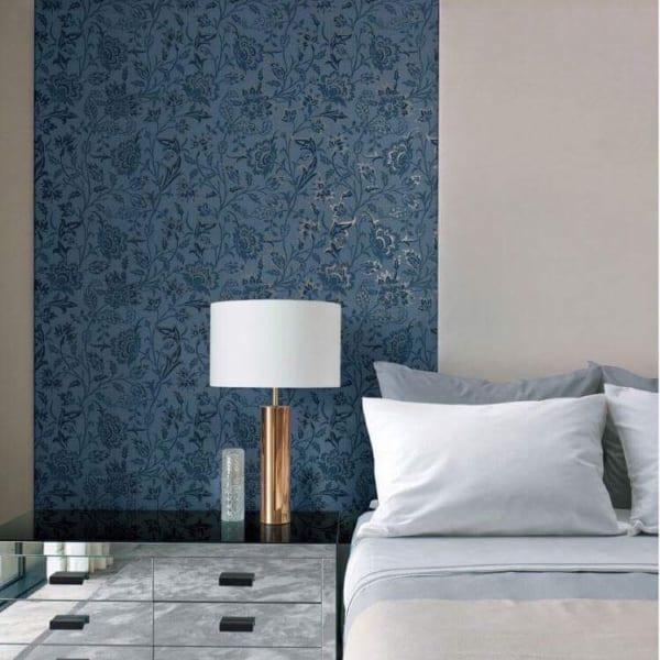 ホテルライクな壁紙の寝室インテリア