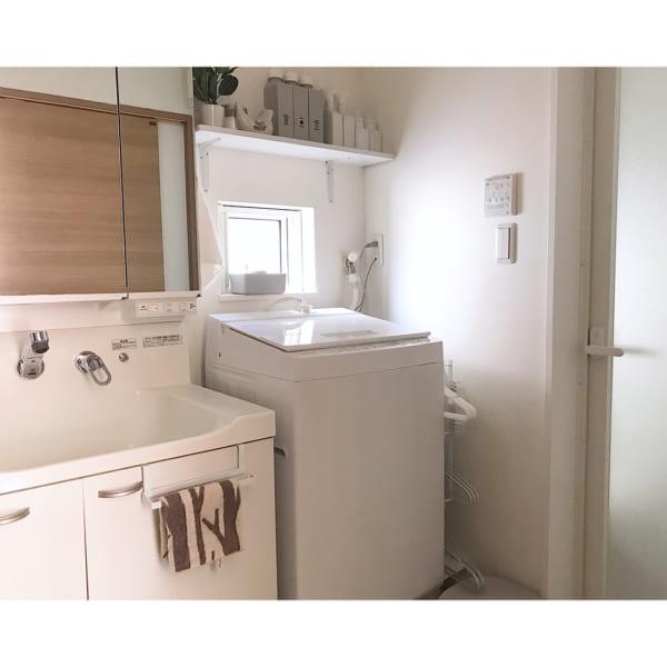 清潔感溢れる洗面所の見せる収納