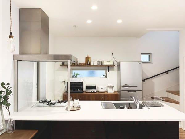 清潔感溢れるシンプルキッチン