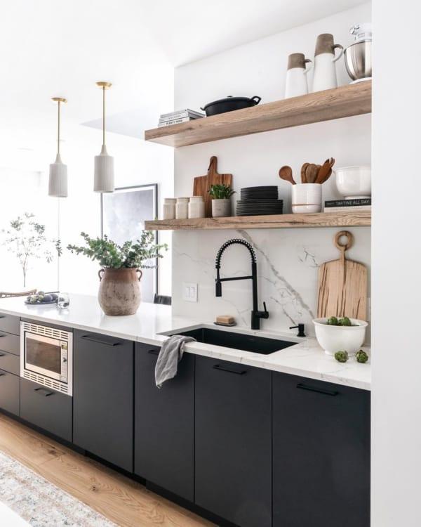 飾り棚がおしゃれなキッチン