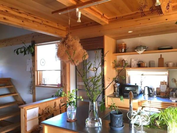 ステンレス天板とウッドの組み合わせがスタイリッシュ