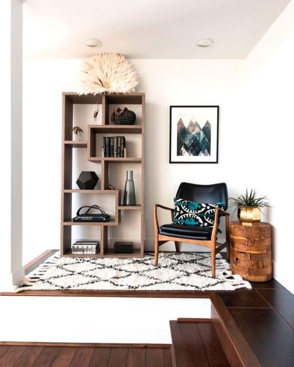 ⑬高さのある家具の横にはアートを飾る