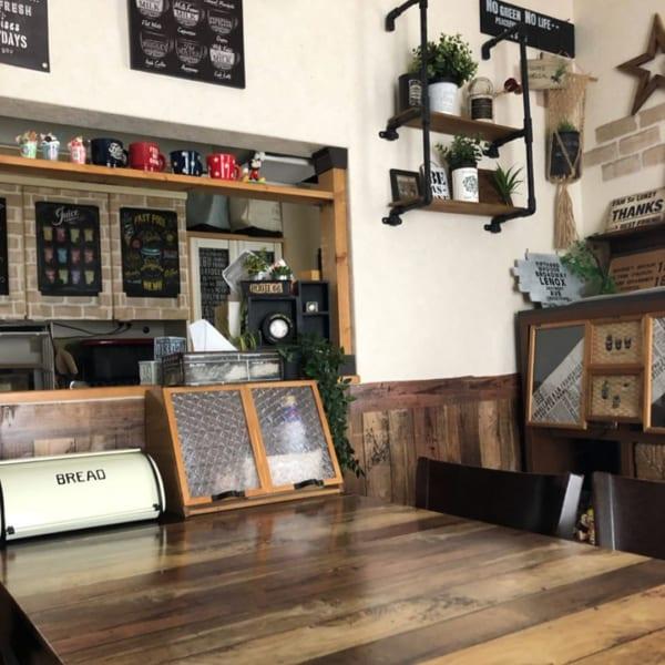 カフェ風のリビングインテリア24