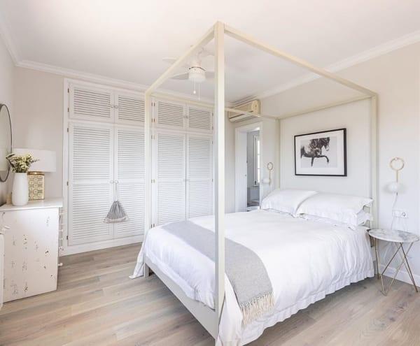 広々とした明るい寝室