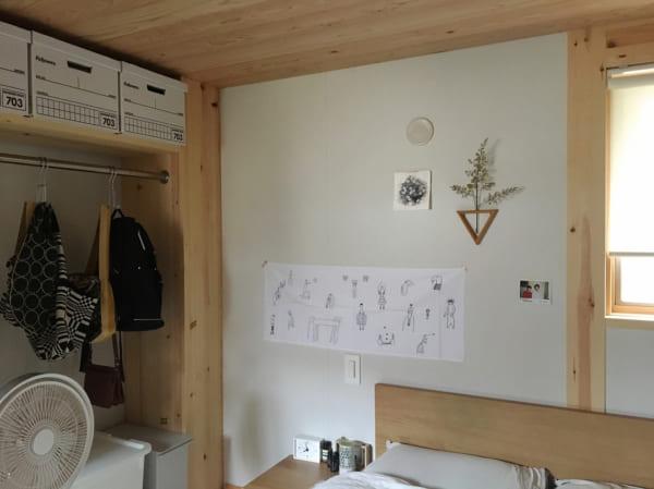 オープン収納のあるシンプルベッドルーム