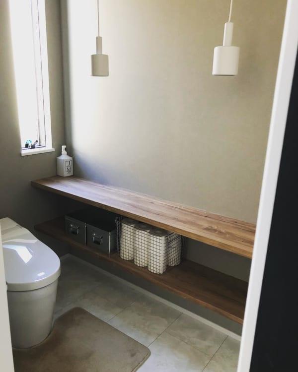 シンプルなオープン棚が使い勝手のよいトイレ