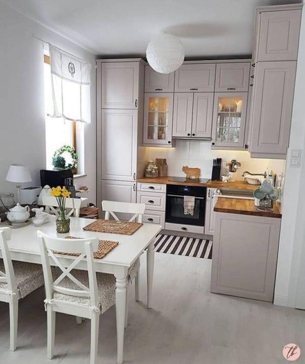 フレンチシャビーな雰囲気のキッチン