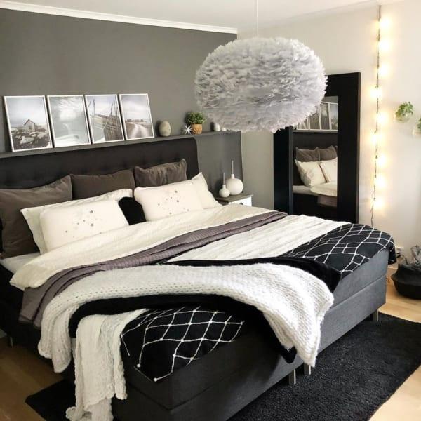 モノトーンでシックな寝室