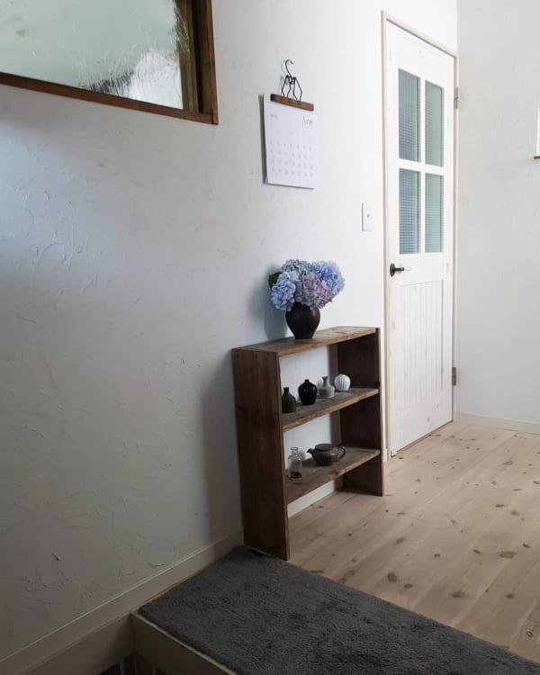 木製棚に並べた小さな花瓶