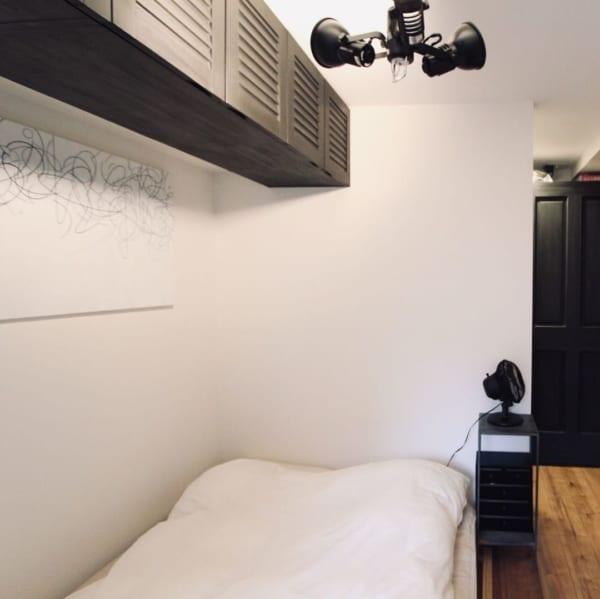 モノトーンインテリアのシンプルな寝室