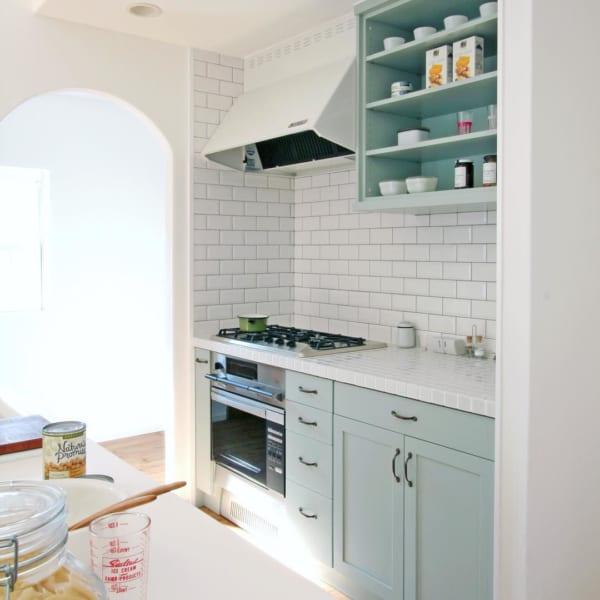 白と水色を使った北欧風キッチンインテリア