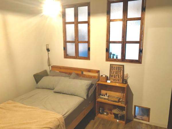 DIYの室内窓がおしゃれなベッドルーム