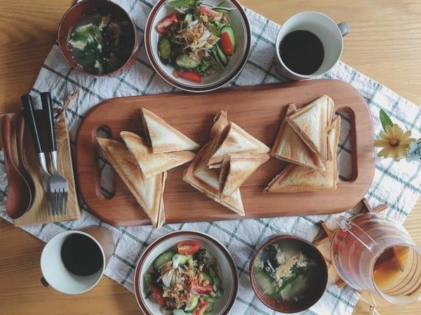 ウッドプレートの温もり溢れるホットサンド朝食