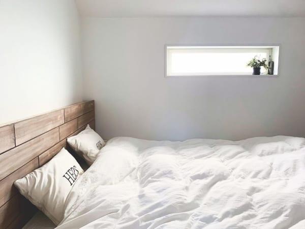 ホワイト×ウッドの落ち着きある寝室インテリア