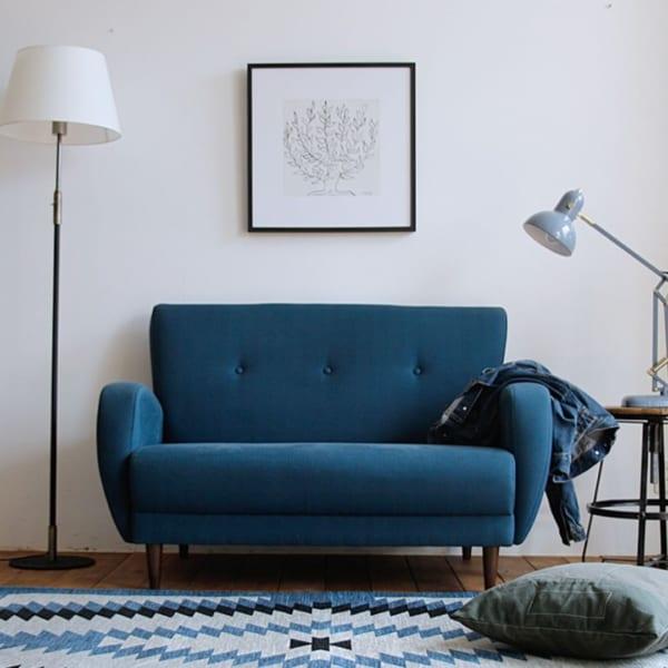水色ラグ×青ソファを組み合わせたインテリア